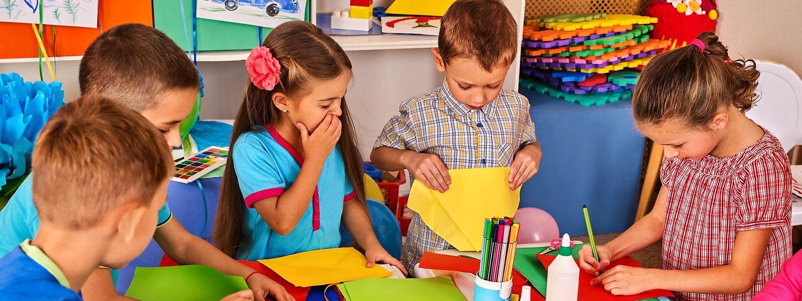 Besonders beim Basteln sind Kinder in Kontakt mit Materialien wie Klebern, Filzstiften oder Papieren, die giftige Chemikalien enthalten können.