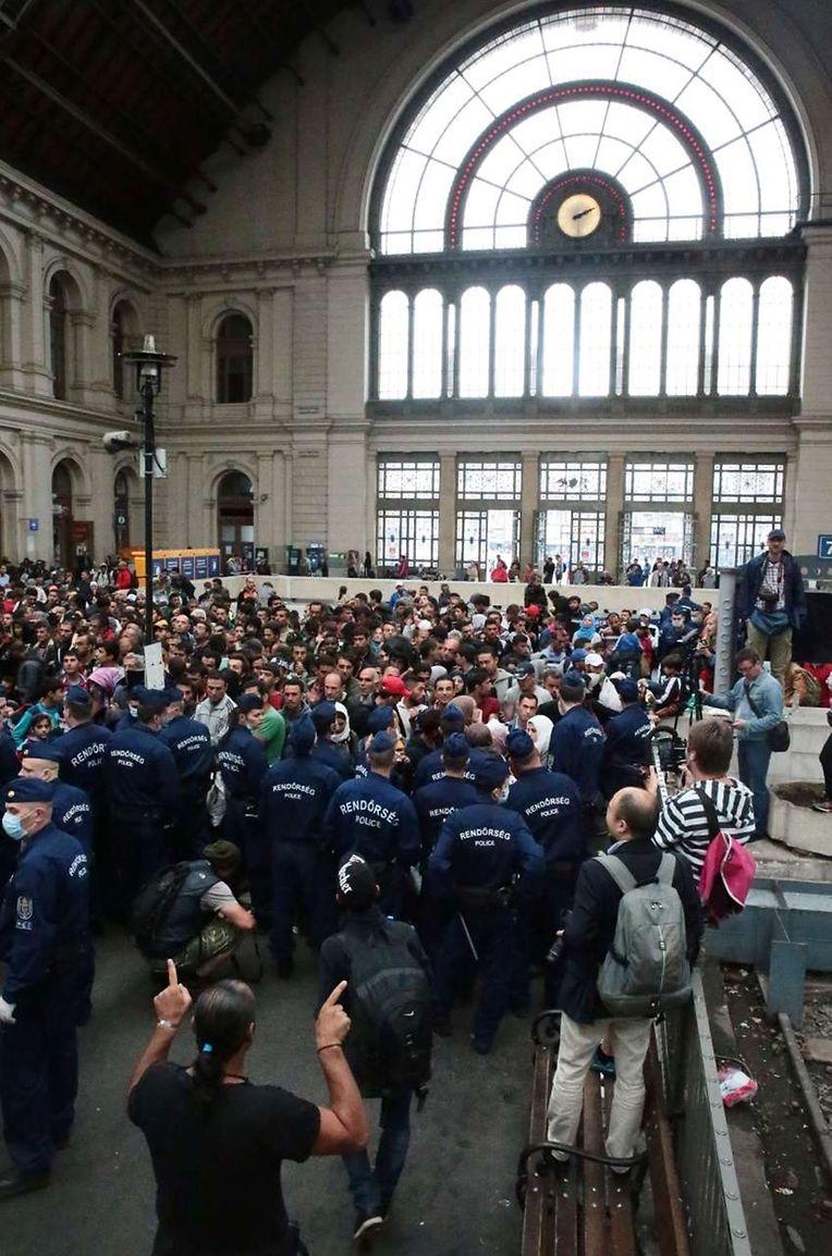 Am Bahnhof von Budapest blockierte die Polizei den Zugang zu den Gleisen, um eine Überbelegung der Züge zu vermeiden.