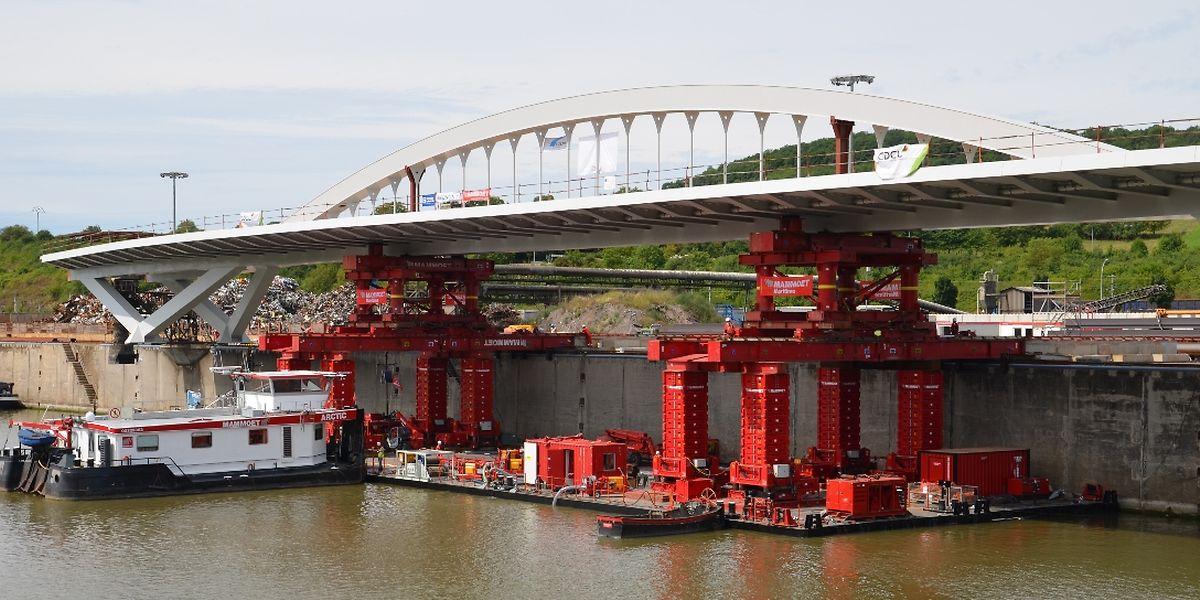 Die Brücke wird derzeit auf die Schwimminsel gehoben. Am Donnerstag geht es dann in Richtung Grevenmacher.
