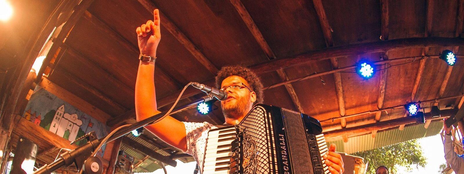 O forró do brasileiro Fabiano Santana vai-se ouvir na rue de Saint Esprit