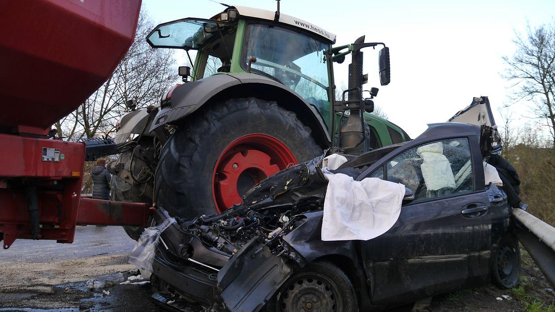Der schwere Traktor aus Luxemburg ist mit dem Vorderreifen über den PKW gefahren.