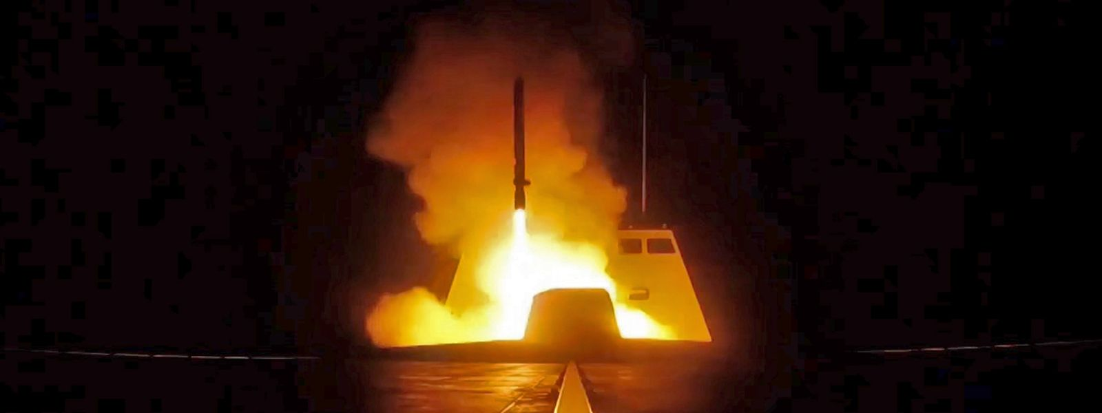 Eine französische Rakete wird im Mittelmeer nach Syrien geschossen.