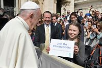 "This handout picture taken and released on April 17, 2019 by Vatican Media shows Pope Francis greeting Swedish teenage environmental activist Greta Thunberg during a weekly general audience at Saint Peter's square. (Photo by Handout / VATICAN MEDIA / AFP) / RESTRICTED TO EDITORIAL USE - MANDATORY CREDIT ""AFP PHOTO / VATICAN MEDIA"" - NO MARKETING NO ADVERTISING CAMPAIGNS - DISTRIBUTED AS A SERVICE TO CLIENTS"
