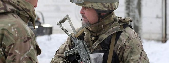 Ukrainian servicemen drink a tea to warm up in the town of Avdiivka on February 1, 2017 as government forces and Russian-backed separatists exchanged mortar and rocket fire for a fourth day around the flashpoint eastern town of Avdiivka just north of the rebels' de facto capital Donetsk. The death toll from the latest escalation in fighting in Ukraine rose to 19 on February 1 as international alarm rang out over the spike in bloodshed in the European Union's back yard.  / AFP PHOTO / Aleksey FILIPPOV