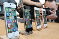 ARCHIV - 21.03.2016, USA, Cupertino: Apple stellt in seinem Hauptquartie ein kleineres iPhone SE vor. Apple will laut einem Medienbericht im kommenden Frühjahr wieder ein günstigeres iPhone-Modell ins Sortiment nehmen, um den Absatz in China und anderen Schwellenmärkten anzukurbeln. Es werde als Nachfolger des inzwischen ausgemusterten iPhone SE gesehen, das Apple 2016 auf den Markt brachte, schrieb die japanische Zeitung «Nikkei» am Mittwoch. Foto: Christoph Dernbach/dpa +++ dpa-Bildfunk +++