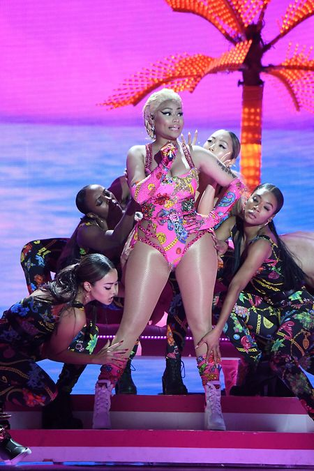 Superstar Nicki Minaj zeigt auf der Bühne gerne, was unter ihren pompösen Outfits steckt. Einen Auftritt in Saudi-Arabien sagte die 36-Jährige wegen Bedenken zu Menschenrechtsverletzungen kürzlich ab. Als Ersatz für die Rapperin wurden Janet Jackson und 50 Cent engagiert.