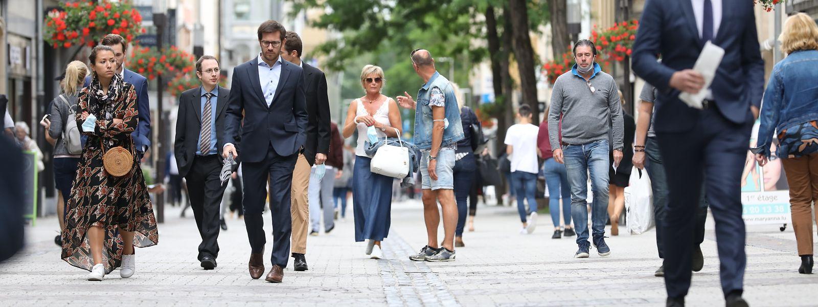 Zwar suchen die Kunden wieder zunehmend die Fußgängerzonen auf. Weil viele weiterhin zu Hause arbeiten, bleibt es aber gerade in der Mittagspause ruhig.