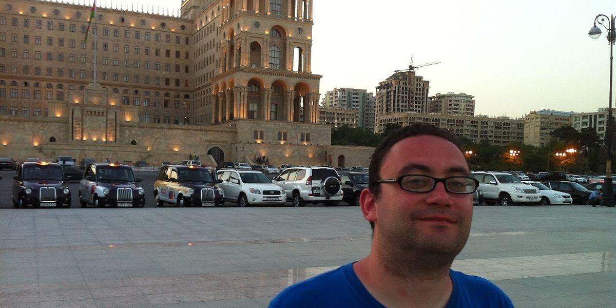 Christian Klein vor dem Regierungspalast in Baku.