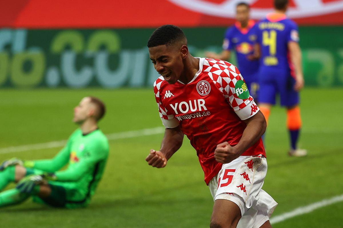 23.01.   Mit seinem ersten Bundesligator schießt der Luxemburger Fußballprofi seinen Verein Mainz zum Sieg gegen Leipzig.