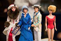 """ARCHIV - 24.02.2017, Bayern, Nürnberg: Barbie-Puppen von 1995 (l-r), 1975, 1983 und 1962 sind im Spielzeugmuseum zu sehen. Die wohl berühmteste Pueppe der Welt feiert am 9. März ihren 60 Geburtstag. (zu dpa """"Eine Puppe für fast alle: Barbie wird 60"""") Foto: Daniel Karmann/dpa +++ dpa-Bildfunk +++"""