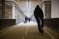 Beidseits der bidirektionalen Radspur ist ein Streifen für die Fußgänger reserviert, der allerdings nicht von allen Passanten genutzt wird. Konflikte sind damit vorprogrammiert.