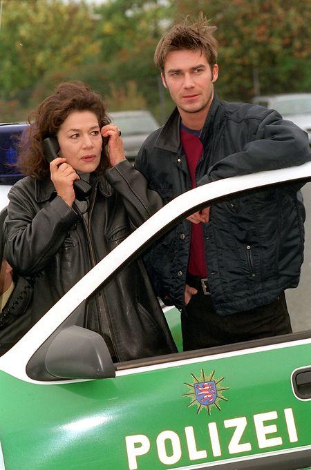"""1998: Hannelore Elsner mit ihrem Kollegen Thomas Scharff während Dreharbeiten zu """"Die Kommissarin""""."""