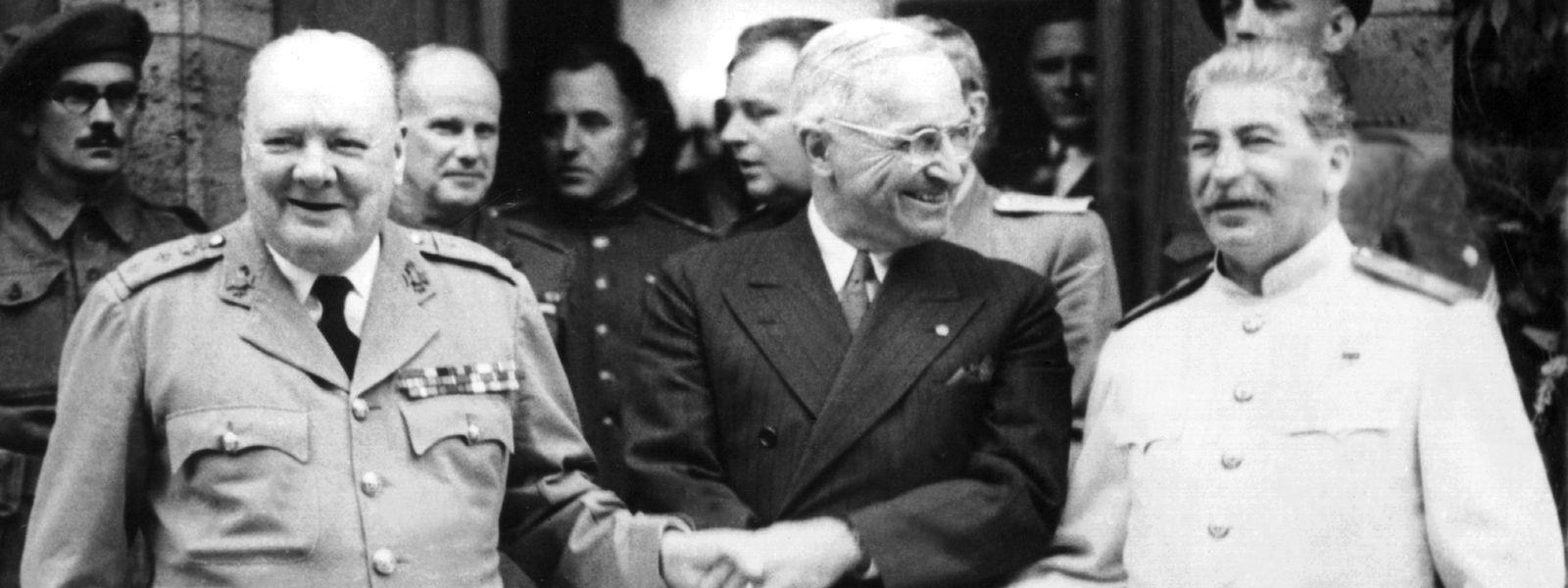 Der britische Premierminister Winston Churchill (l.), der amerikanische Präsident Harry S. Truman (m.) und der sowjetische Diktator Josef Stalin reichen sich im Sommer 1945 während der Potsdamer Konferenz die Hände. Noch während der Konferenz wurde Churchill abgewählt.