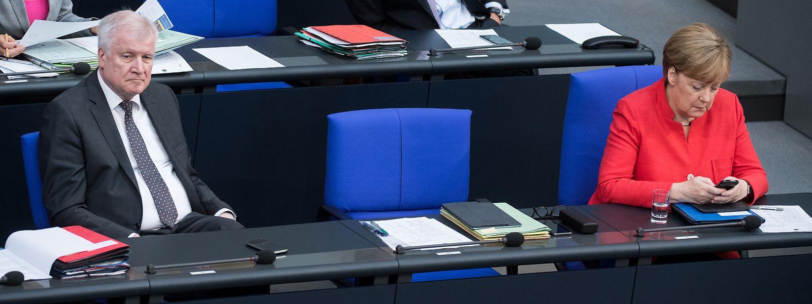 Horst Seehofer (CSU), und Bundeskanzlerin Angela Merkel (CDU) bei der Plenarsitzung im Deutschen Bundestag am 4. Juli.