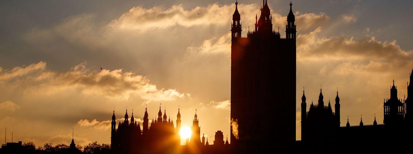Symbolischer Sonnenuntergang in Westminster - Theresa May erwartet eine schwere Woche in ihrem Brexit-Vorhaben.