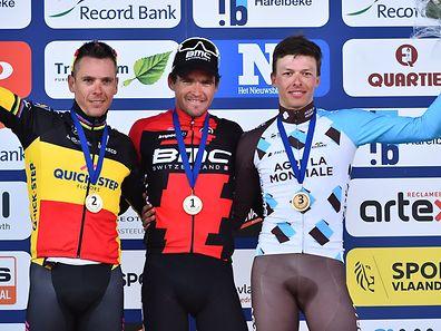 Das Podium des GP E3-Harelbeke: 2. Philippe Gilbert (B/Quick-Step Floors), 1. Greg Van Avermaet (B/BMC Racing Team) und 3. Oliver Naesen (B/AG2R La Mondiale) - Foto: Serge Waldbillig