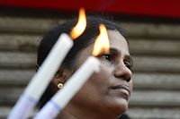 Sri Lankan mourners take part in moments of silence in tribute to bomb blast victims in Colombo on April 23, 2019, two days after a string of suicide bomb attacks on churches and hotels. - Sri Lanka fell silent for three minutes April 23 on a day of national mourning to honour more than 300 people killed in suicide bomb blasts that have been blamed on a local Islamist group. (Photo by LAKRUWAN WANNIARACHCHI / AFP)