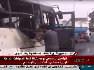 Des images de «Nile News TV» montrent des hommes qui inspectent le bus ciblé.