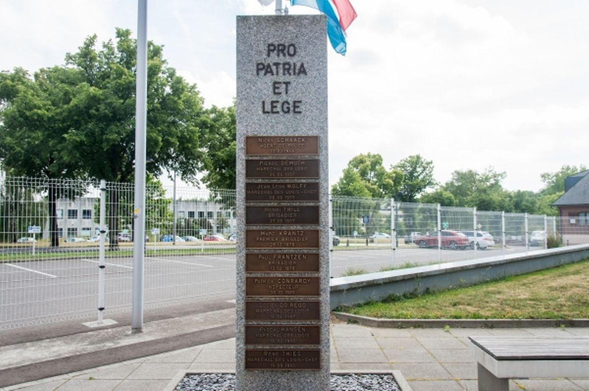 """An der neuen Zenrale der Polizei am Findel erinnert eine Stele an die getöteten Polizisten - noch fehlt eine Platte für Yasmine Grisius. Die lateinische Aufschrift bedeutet: """"Für Vaterland und Recht""""."""