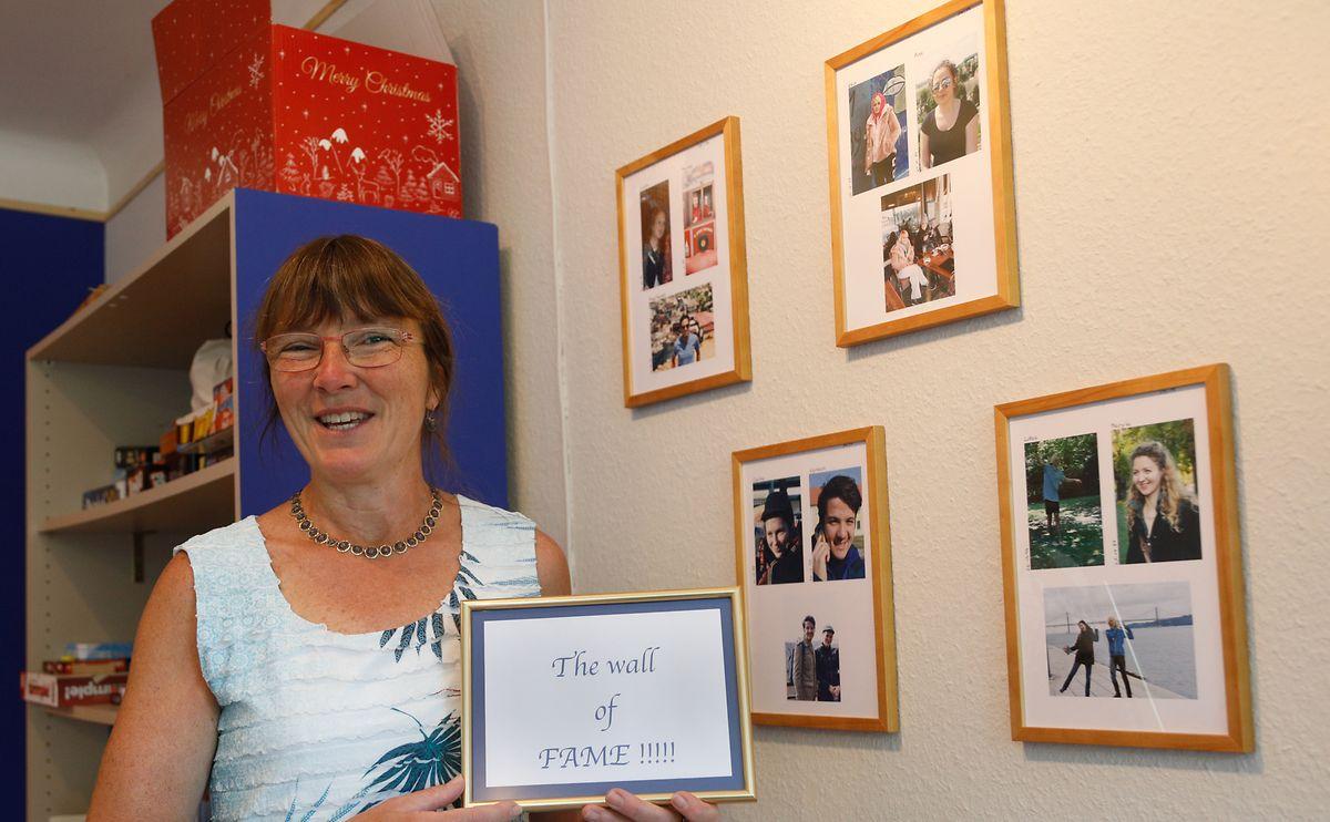 """An der """"Wall of Fame"""" hat Edith Weber-Sinner Bilder der Volontäre aus den vergangenen Jahren gesammelt."""