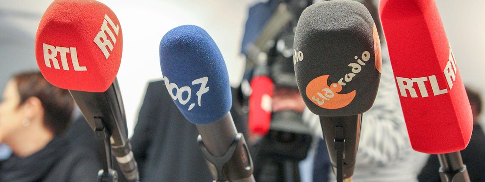 Die Radiolandschaft in Luxemburg ist nicht so vielfältig wie die Farben der Mikrofone.