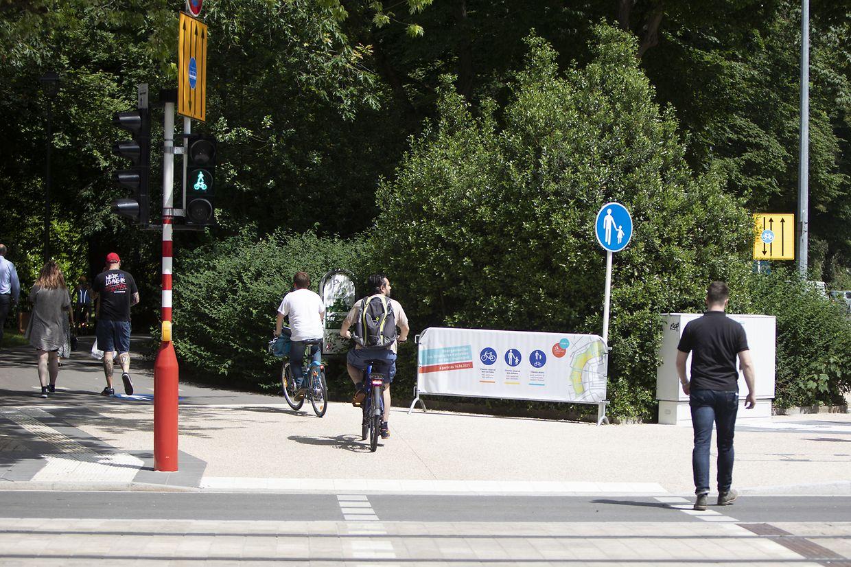 Binnen weniger Minuten suchten am Mittwochmittag mehrfach Radfahrer nach der Fortsetzung des verpflichteten Radwegs in Höhe der Avenue Emile Reuter. Mangels einer erkennbaren Route setzten sie ihren Weg dann doch im Park fort.