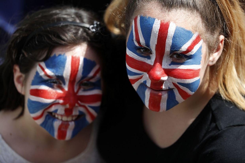 Schon seit dem Morgengrauen ist Windsor in Party-Stimmung: Tausende royale Fans säumen die Paradestrecke zum Schloss, wo die Hochzeit des Jahres stattfindet.