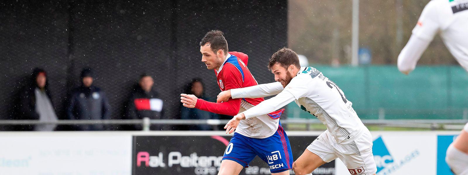 Stefano Bensi, qui prend ici le meilleur sur Tiago Duque, a inscrit un but important pour le Fola à Pétange.