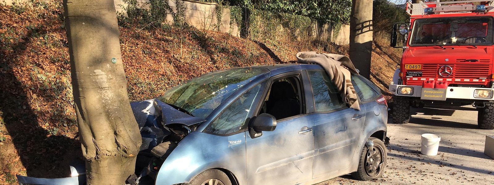 Der Insasse dieses Wagens war frontal in einen Baum geprallt, nachdem ihn ein anderer Fahrer beim Überholen touchiert hatte.