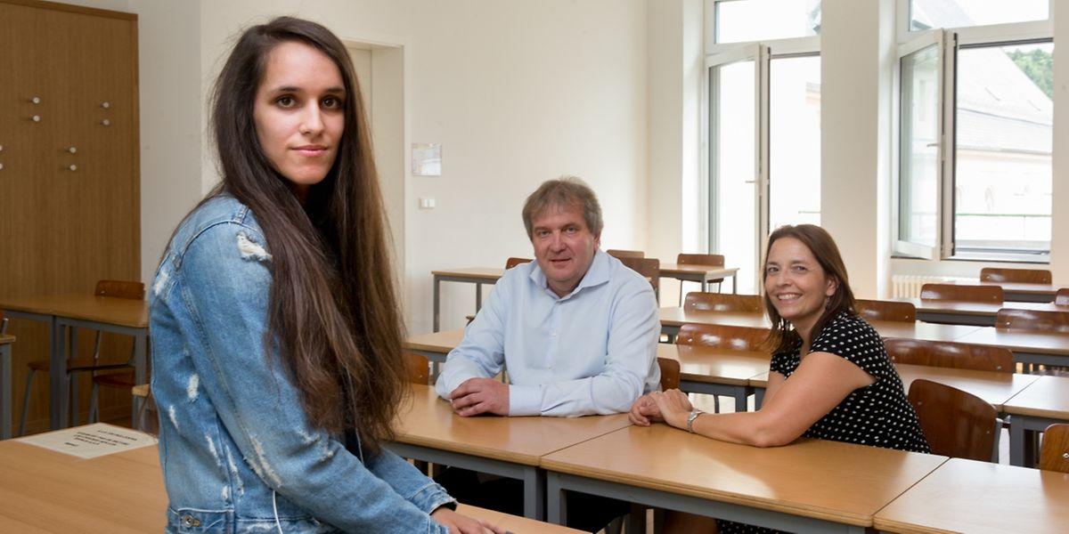 """""""Ohne Schule erreicht man nichts"""", sagt Magali Cardoso (l.). Sie konnte sich stets auf die Unterstützung ihrer Klassenlehrerin Claude Schwachtgen (r.) sowie von Schuldirektor Georges Kayser verlassen."""
