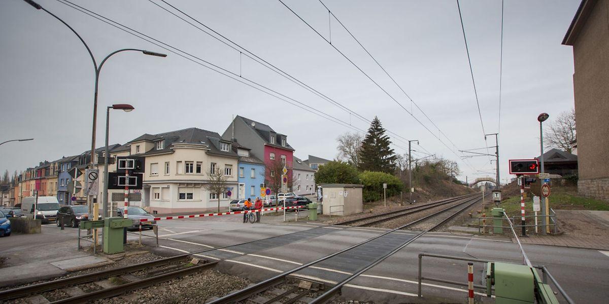 2019 sollen die Bahnübergänge in Schifflingen, hier zwischen Kirche und Gemeinde, definitiv geschlossen bleiben.