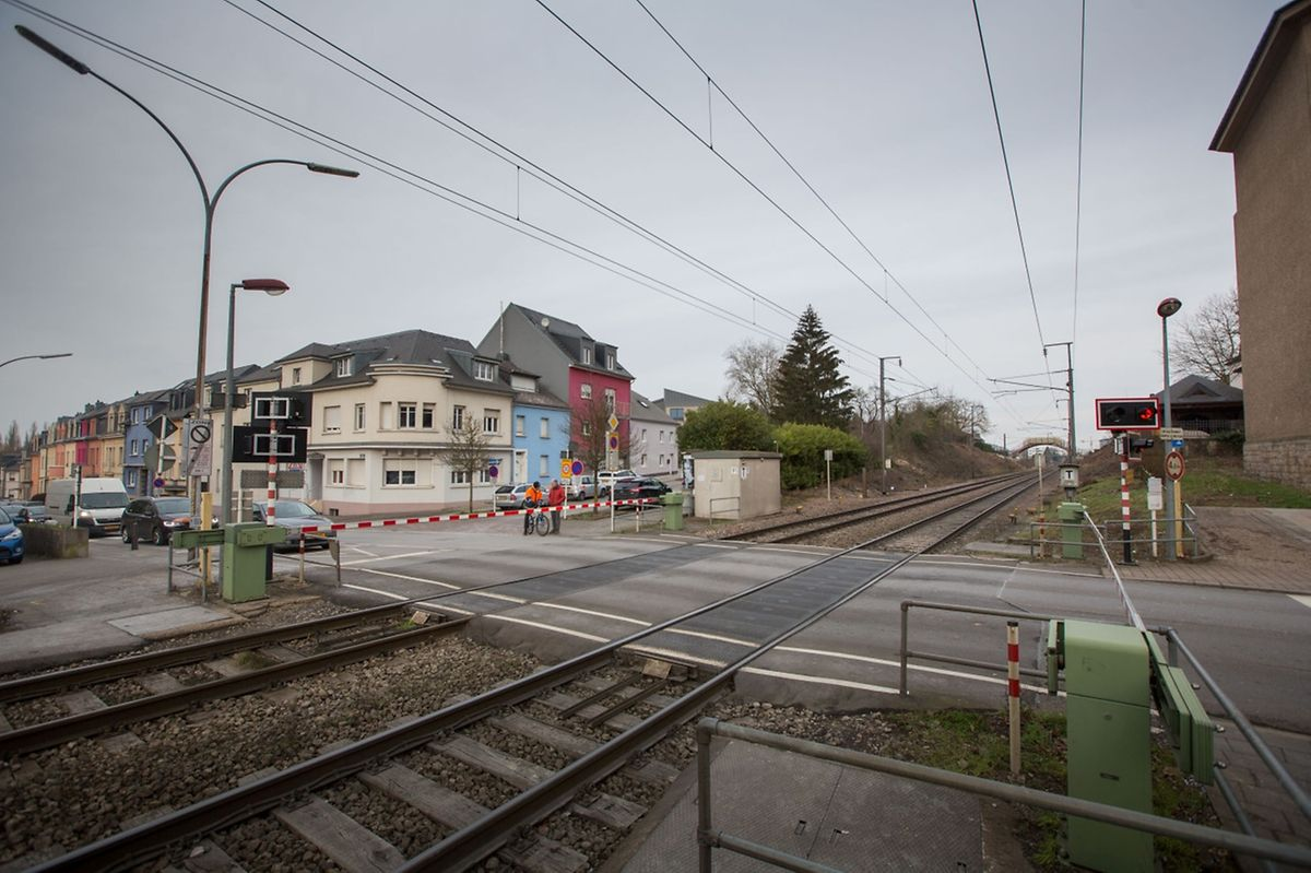 2018 sollen die Bahnübergänge in Schifflingen, hier zwischen Kirche und Gemeindehaus, definitiv geschlossen bleiben.