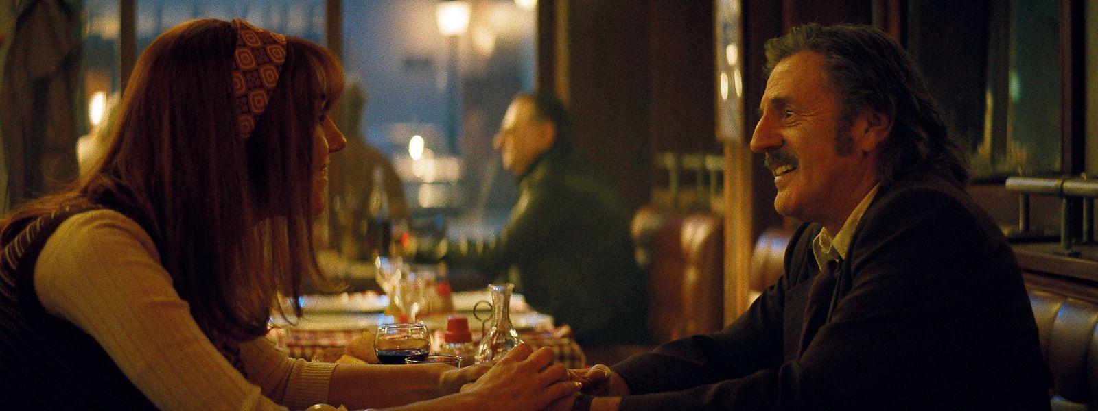 Revivre l'instant magique: grâce à un bon offert par son fils, le dessinateur Victor (Daniel Auteuil) peut revenir en cette soirée de mai 1974 où il a rencontré sa femme Marianne, incarnée par l'actrice Margot (Doria Tillier), dans «La Belle Epoque».  A écouter les dialogues de Nicolas Bedos, on dirait que Michel Audiard est revenu d'entre les morts.
