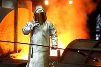 ARCHIV- 17.03.2017,Nordrhein-Westfalen, Duisburg: Ein Stahlarbeiter prüft am Hochofen 8 bei ThyssenKrupp die Stahlqualität nach dem Abstich. US-Präsident Trump gewährt den EU-Staaten einen weiteren Aufschub bei den US-Einfuhrzöllen auf Stahl und Aluminium bis 01.06.2016. Foto: Roland Weihrauch/dpa +++ dpa-Bildfunk +++