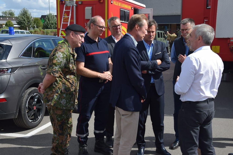 Großherzog Henri (mitte) gemeinsam mit Generalstabschef Alain Duchène (v.l.n.r.), dem Direktor des nationalen Rettungsdienstes Paul Schroeder, Premier Xavier Bettel und Arbeitsminister Dan Kersch.