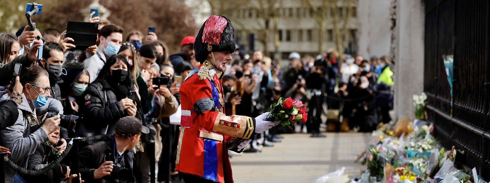 Viele Trauernde legten am Freitag Blumen vor den Buckingham Palace nieder.