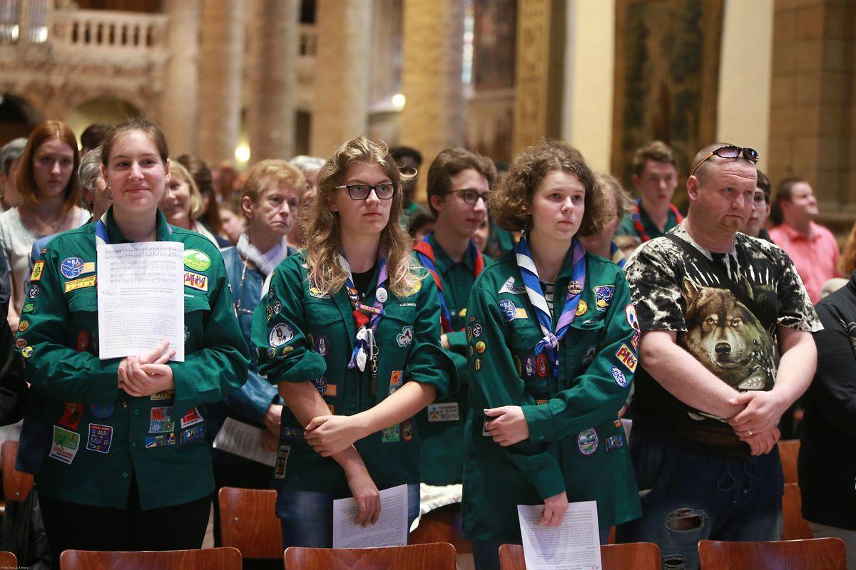 Zahlreiche junge Gläubige hatten sich zu diesem Zweck um 7.30 Uhr in der Kathedrale eingefunden.