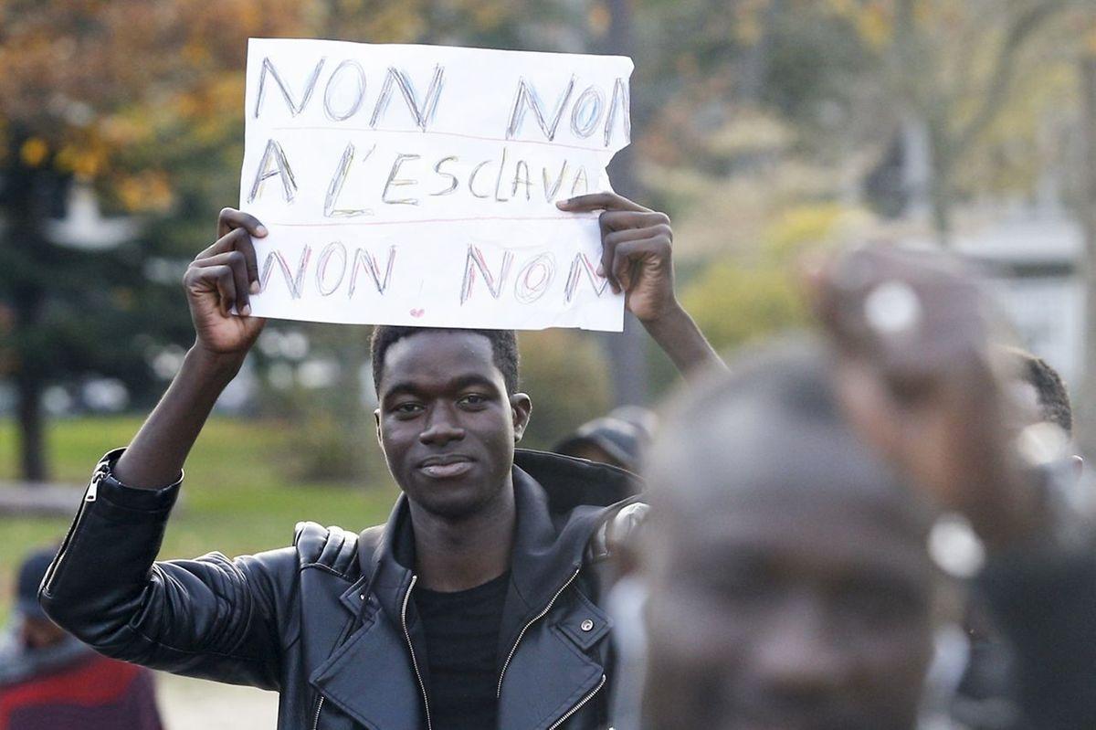 Brandissant des pancartes «non à l'esclavage en Libye», les manifestants étaient rassemblés vers 16 heures dans l'ouest de Paris, avenue Foch, non loin de la place de l'Étoile où étaient positionnées des forces de l'ordre.
