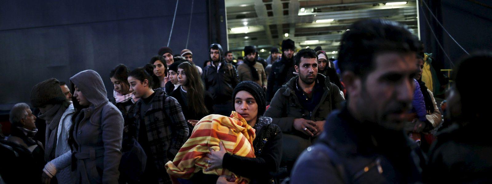 """Nach Ankunft der Autofähre """"Nissos Rhodos"""" strömen Hunderte Flüchtlinge von Bord."""