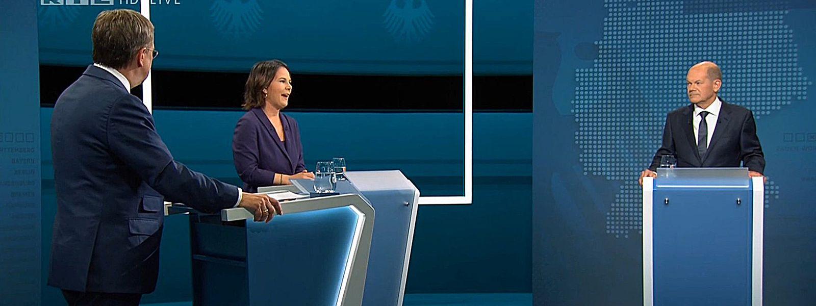 Die Kanzlerkandidaten Armin Laschet (l.), CDU), Annalena Baerbock (Bündnis 90/Die Grünen) und Olaf Scholz (SPD) stehen bei der Sendung im Fernseh-Studio in Berlin-Adlershof.