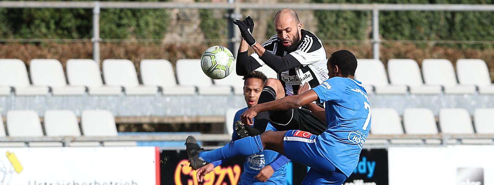 Etzellas Kalisa Sven (r.) kämpft mit Hakim Menaï von Jeunesse Esch um den Ball.