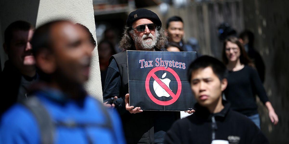 La photo montre un homme lors d'une manifestation à l'extérieur d'un magasin Apple à San Francisco