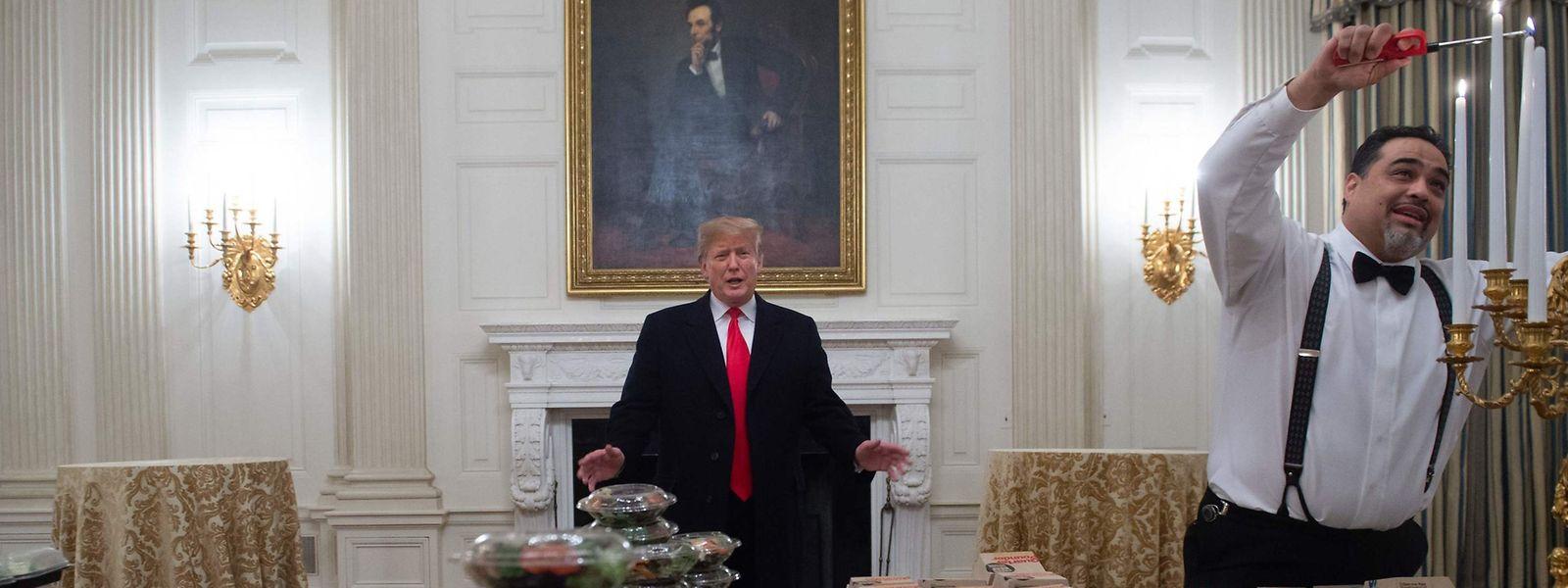 """Wenn ein Milliardär zum Dinner lädt: Donald Trump soll das """"Dinner"""" für die Clemson Tigers aus eigener Tasche bezahlt haben. Was sein Vorgänger Abraham Lincoln (hinten, in Öl) dazu gesagt hätte, lässt sich nur vermuten."""
