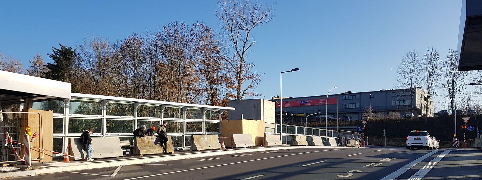 Betonblöcke wurden provisorisch zum Schutz der Verkehrsteilnehmer aufgestellt.