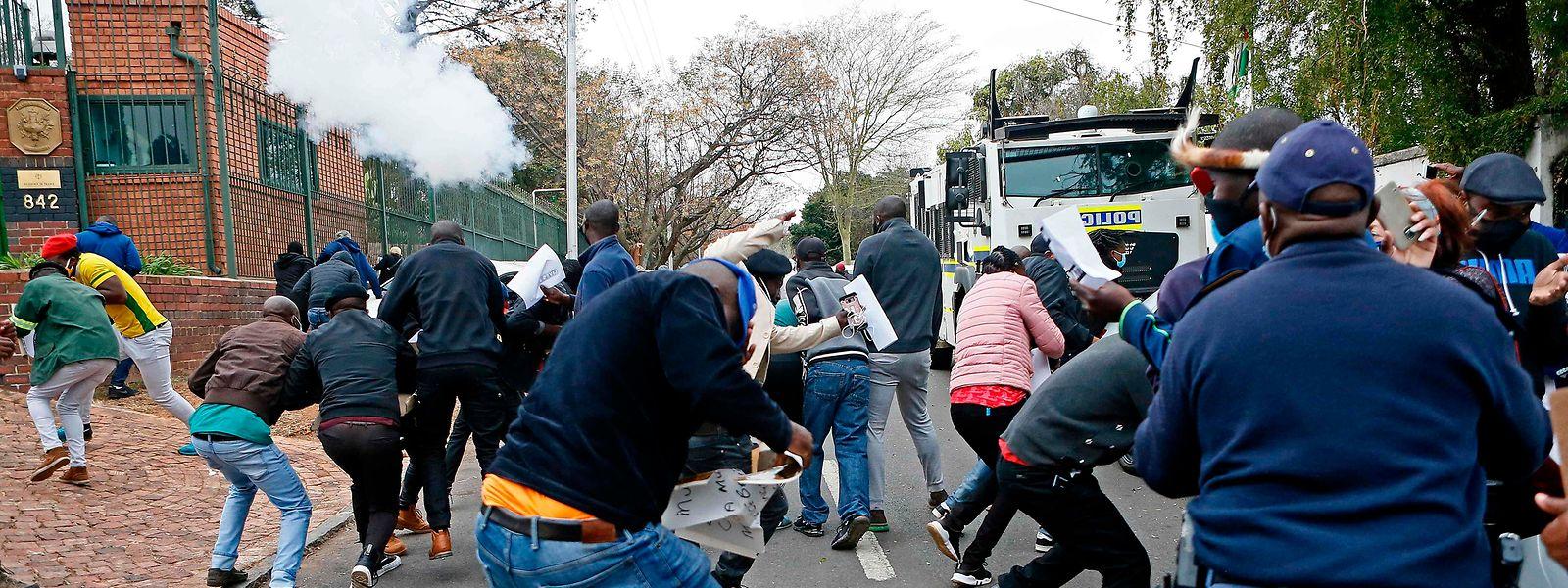 Im benachbarten Südafrika demonstrierten am Mittwoch Exil-Simbabwer gegen die autoritäre Regierung in Harare.