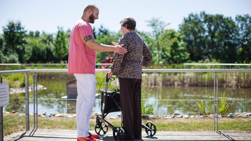 Im Haus Omega haben viele Bewohner ein Zimmer mit Terrasse und Zugang zum Garten. Ehrenamtliche Helfer nehmen sich die Zeit, die unheilbar Kranken bei den Spaziergängen zu begleiten.