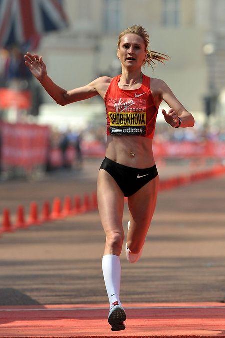 17. April 2011: Liliya Shobukhova überquert an Platz zwei die Ziellinie des olympischen Marathon-Laufs. Sie ist eine von sechs russischen Leichtathletinnen, die unter Verdacht der Korruption stehen.