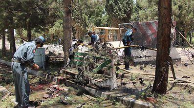 Afghanische Polizisten beim Inspizieren des Anschlagsorts.