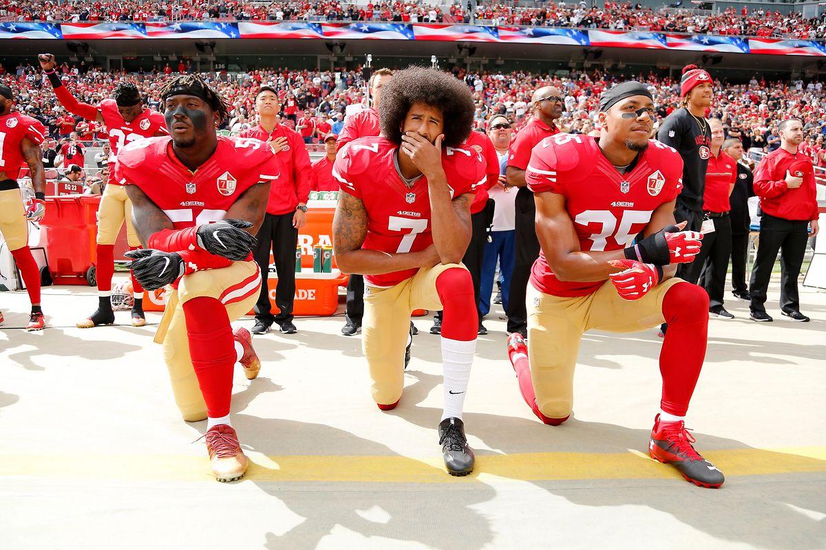 Legendäres Foto:  Colin Kaepernick (M), Eli Harold (L) und  Eric Reid (R) von den San Francisco 49ers knien bei Abspielen der US-Nationalhymne vor dem NFL-Spiel gegen die Dallas Cowboys im Levi's Stadium. Wie schon am 14. August 2016 protestierte Kaepernick damit gegen Polizeigewalt und Unterdrückung.