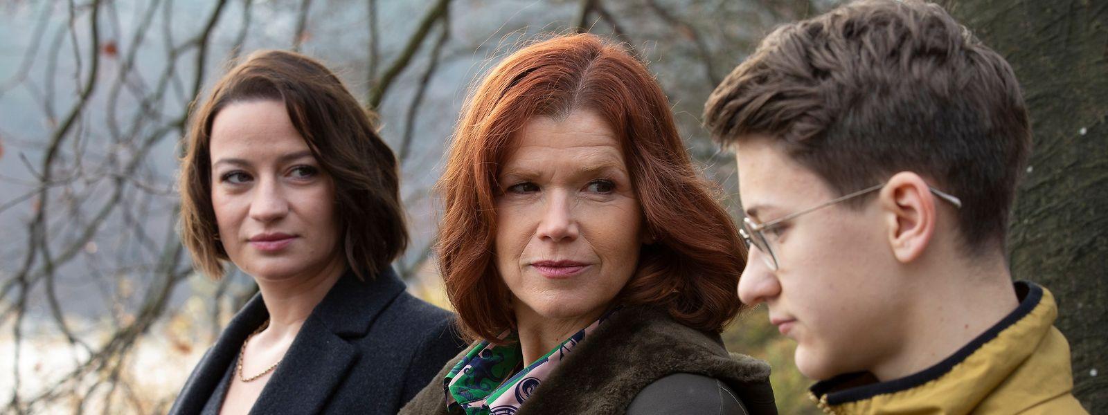 Anke Engelke als trauernde Witwe (M.) inmitten ihrer Schauspielkollegen Nina Gummich und Juri Winkler.